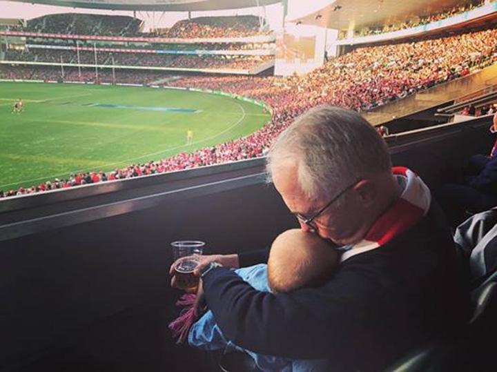 BLITZ Premierul Australiei, la bere cu bebe