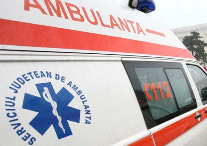 ambulanta 707x500 Accident de microbuz pe DN 13, soldat cu un mort si doi raniti
