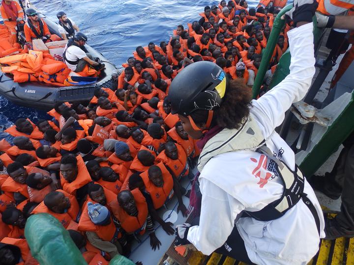 barca ue UE pune gaz peste foc: alti 50.000 de refugiati