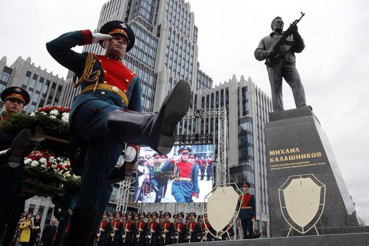 kalasnikov Statuie a lui Kalasnikov, inaugurata la Moscova