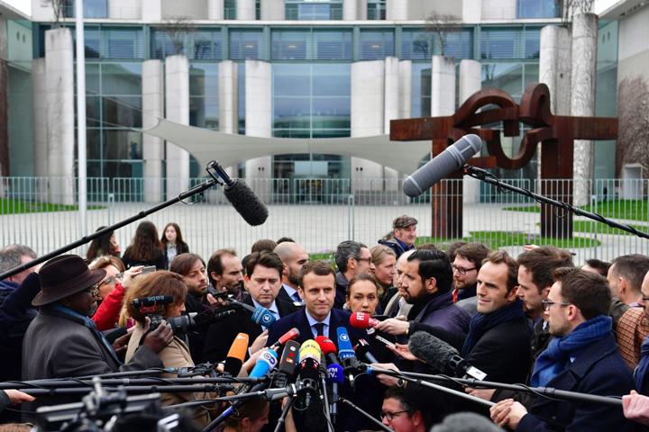 macrou Macron sare la jurnalisti