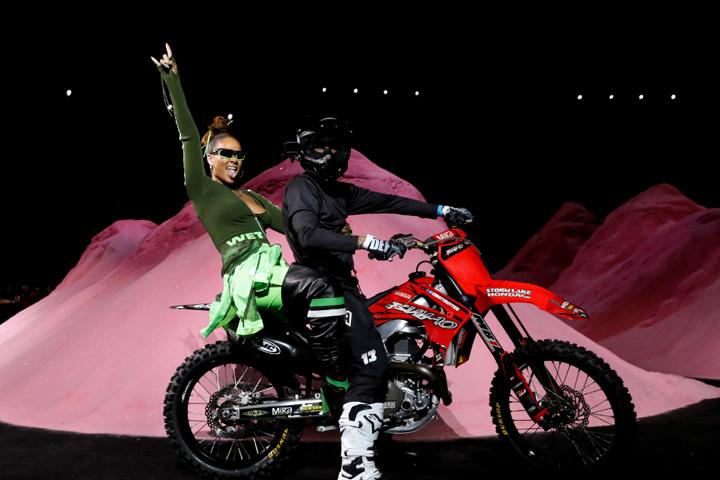 rihanna fashion week4 Rihanna, cu motocicleta pe catwalk