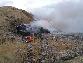 22154405 717448238454897 4498476986045468766 n gunoi 350x263 Incendiu la groapa de gunoi a Brasovului. Pompierii se straduiesc de ore intregi sa l stinga