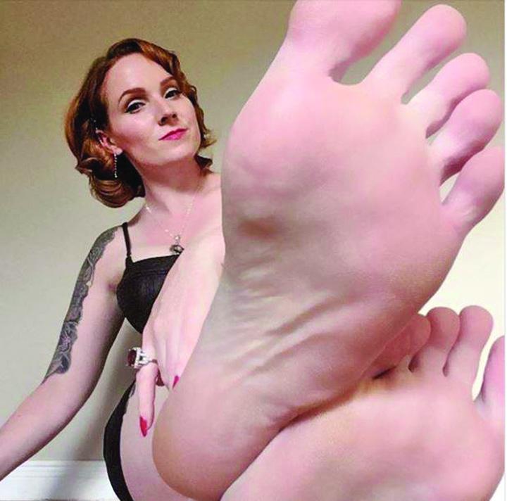 22686572 875508589281809 972716185 n A facut avere vanzand fotografii cu picioarele sale!