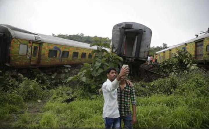 INDIA studentijpg 1 Studenti cu minte de prescolari: au murit pentru un selfie
