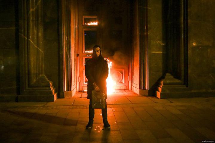 artist banca Un artist rus a incendiat Banca Frantei