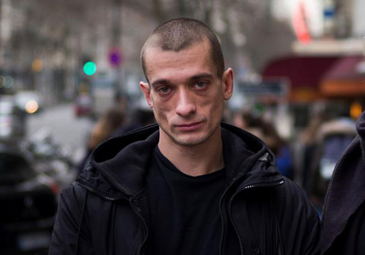 artist Un artist rus a incendiat Banca Frantei