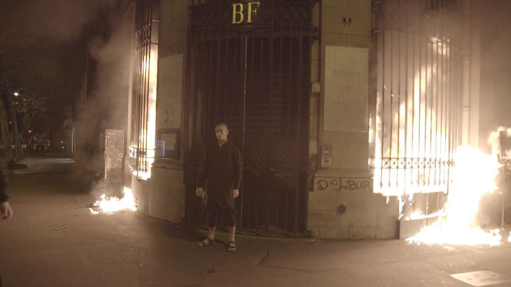 banca Un artist rus a incendiat Banca Frantei