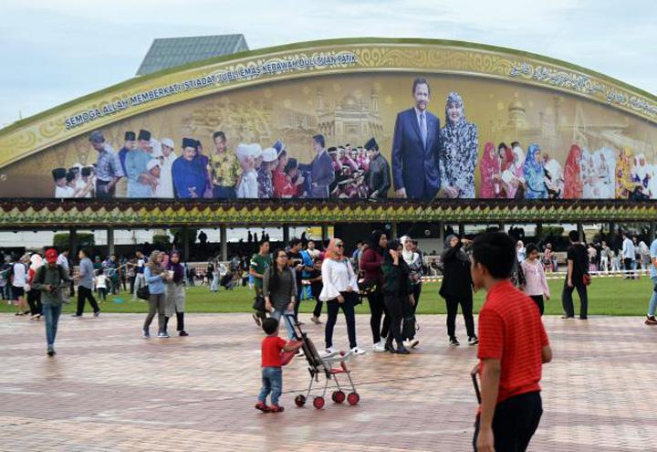 brunei 6 Sultanul Bruneiului, 50 de ani de domnie bling bling