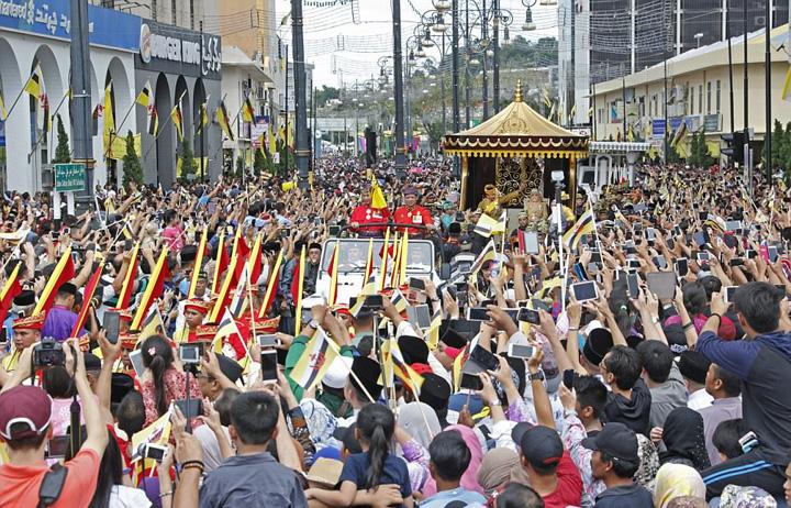 brunei1 1 Sultanul Bruneiului, 50 de ani de domnie bling bling