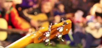 comemorar2 350x165 Lumanari, flori si acorduri de chitara in memoria victimelor de la Colectiv (VIDEO)