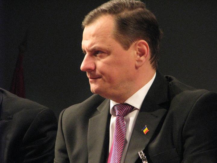 "gabriel vlase Guvernul, sfasiat de ""Grupul de la Sibiu"" si ""Gasca de la Bacau"""