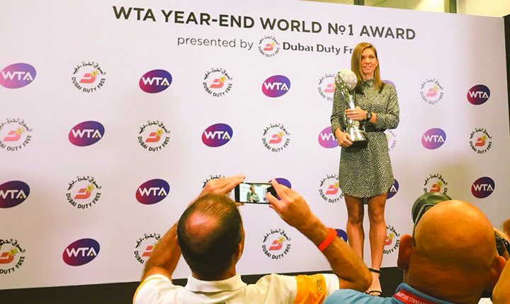 halep 1 1 Simona Halep a primit trofeul de lider mondial WTA
