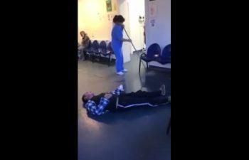 imag 350x225 Pacient pe podeaua spitalului, infirmiera da cu mopul pe langa el (VIDEO)