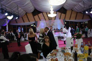 nunt 350x233 Elena Udrea si familia Basescu, la nunta unui edil PMP