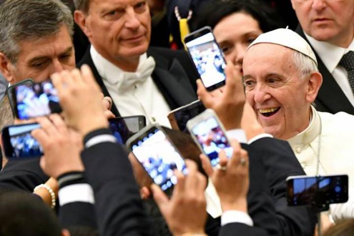 papa Francisc, Papa social media