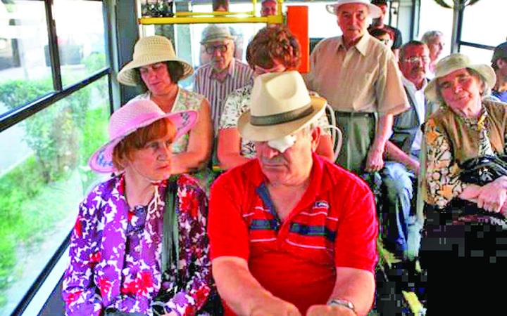 pensionari 1 Nu le mai oferiti batranilor locul in autobuz