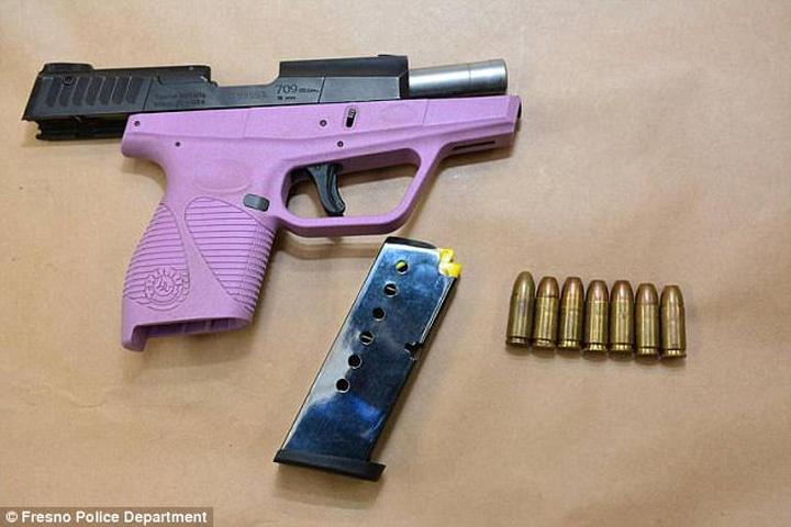 pistol violet Stau la coada ca sa achite cautiunea unei pustoaice