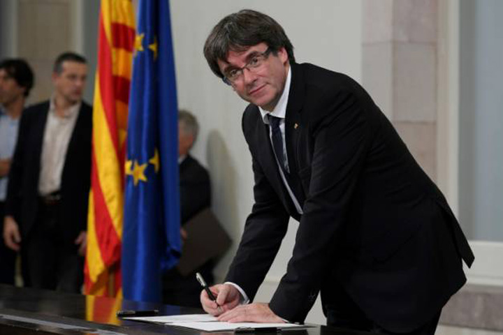 puigdemont semnand Catalonia a fost o zi vultur