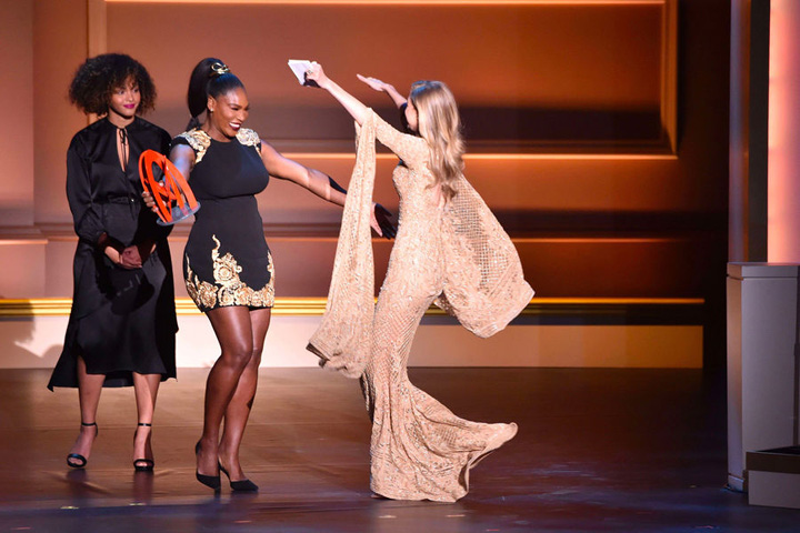 1 2 Glamour Awards: Gigi Hadid, premiata de Serena Williams