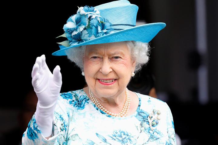 Queen Cum ajunge o americanca in Casa Regala