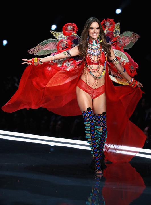 VS 2jpg Ingerii de la Victoria's Secret i au lasat pe chinezi cu gura cascata