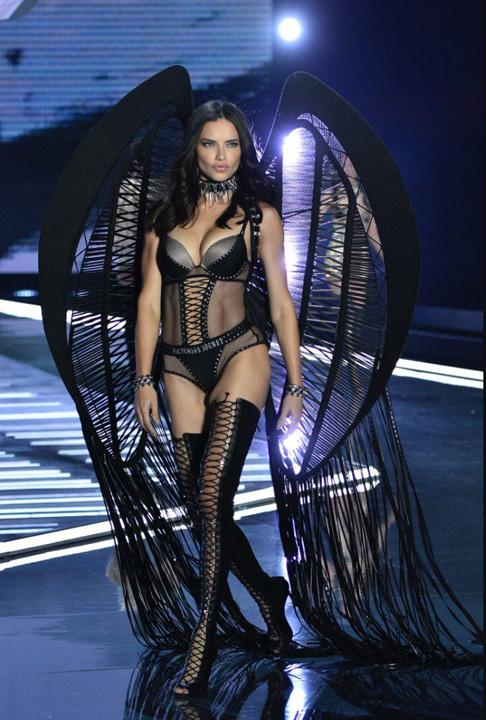 VS 3 Ingerii de la Victoria's Secret i au lasat pe chinezi cu gura cascata