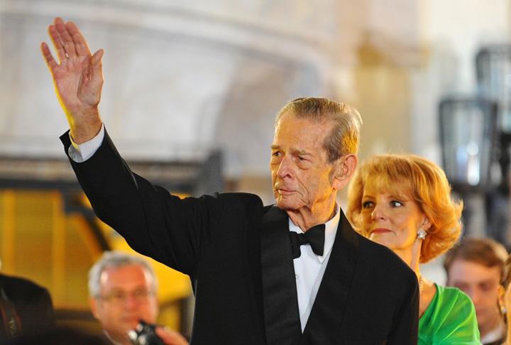 apropotv.ro Regele Mihai si Principesa Margareta Incaierare la usa Regelui Mihai