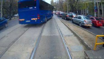 autocar 2 350x199 Imagini de necrezut cu un autocar cu numere MAI. Jandarmeria a reactionat deja (VIDEO)