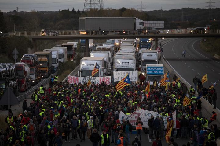 autostrada Puigdemont ataca UE, Catalonia a paralizat
