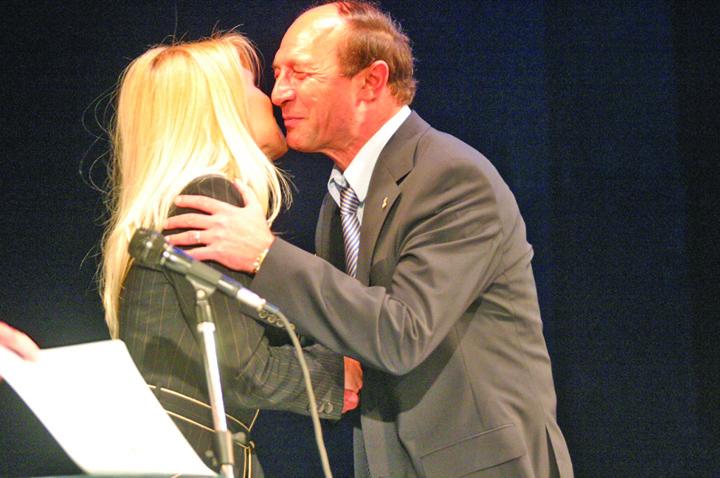 basescu si udrea Udrea divorteaza de Basescu!