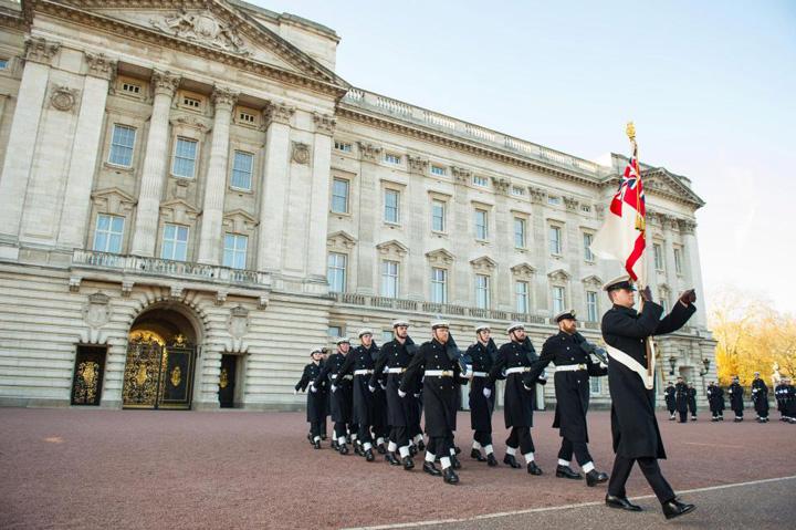 garda naval 2 Premiera: Palatul Buckingam, aparat de marinari