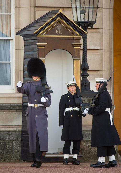 garda naval 3 Premiera: Palatul Buckingam, aparat de marinari