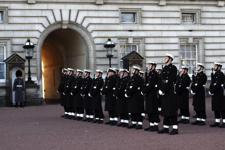 garda navala 1 Premiera: Palatul Buckingam, aparat de marinari