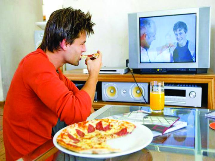 mancat tv Romanii mananca lipiti de televizor