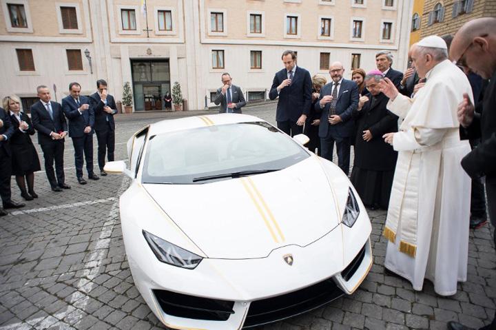 papa 1 Un Lamborghini pentru Papa Francisc!