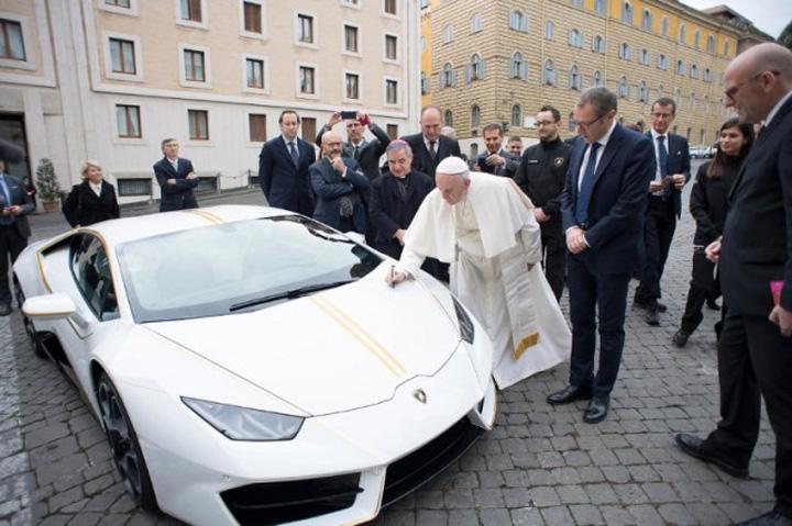 papa semnand Un Lamborghini pentru Papa Francisc!