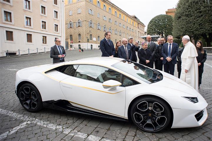papa2 Un Lamborghini pentru Papa Francisc!