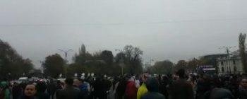 protest 1 350x140 Protest la usa Guvernului, in timpul sedintei in care se analizeaza Revolutia fiscala