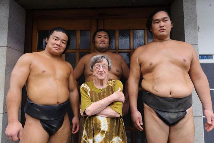 sumo ea O englezoaica de 86 de ani a devenit cel mai bun comentator de sumo din lume