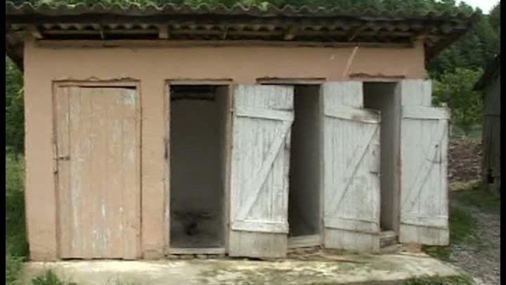 wc in curte Romania, stat bananier: peste 2000 de scoli au WC urile afara
