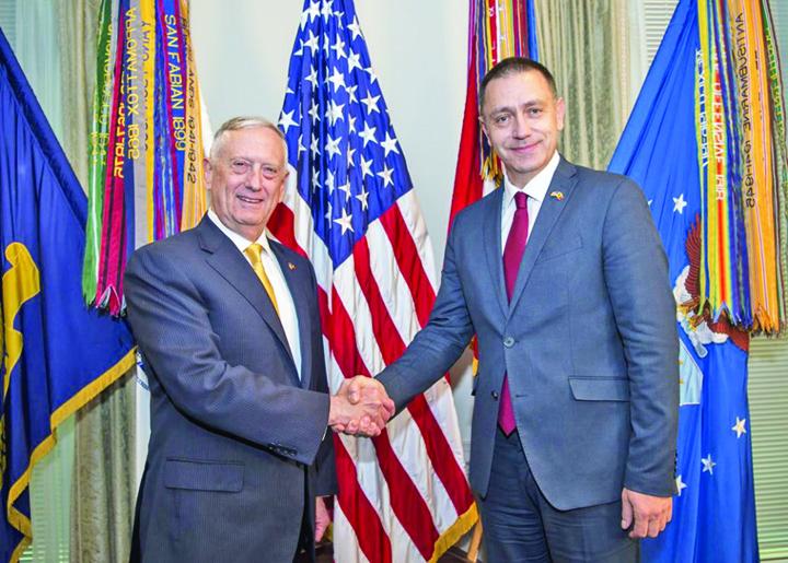 Ministrul apărării naționale Mihai Fifor împreună cu secretarul apărării James Mattis Q Tudose, out. Vine Fifor!