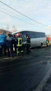 autocar accid2 169x300 13 oameni la spital, dupa un accident cu un autocar, pe DN 11