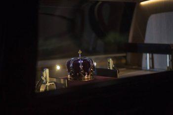 coroana rege 350x233 Regele Mihai, pentru ultima oara in Sala Tronului. Romanii ii aduc un omagiu