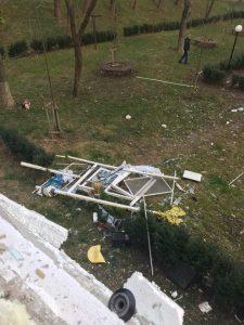 explozie 2 225x300 Explozie intr un bloc din Onesti. O victima, transferata in Capitala