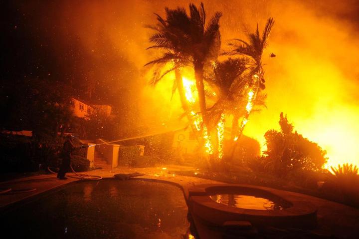 foc Starurile din Los Angeles, gonite de flacari