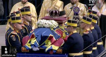 funeralii rege 350x189 Funeralii Regele Mihai. Mii de oameni au asistat la slujba din Piata Palatului Regal