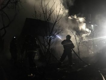 incendiu pr 2 350x263 Flacari uriase la o casa din Prahova. 6 masini de pompieri au luptat cu focul