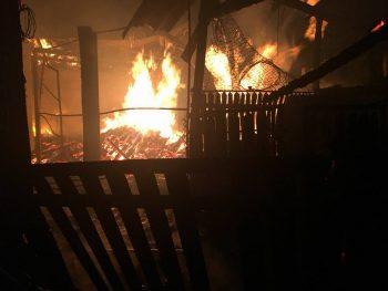 incendiu pr 350x263 Flacari uriase la o casa din Prahova. 6 masini de pompieri au luptat cu focul