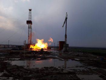 incendiu sonda 2 350x263 Incendiu de proportii la o sonda de gaz din Satu Mare